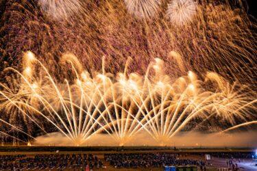 【矛盾】オリンピック反対派 デモ中に花火の写真を撮ってしまうwwwww