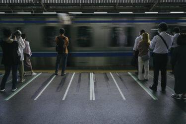 【衝撃】スマホを操作しながら踏切内に進入、電車にはねられ女性死亡 踏切の外にいた人もスマホに夢中で注意せず