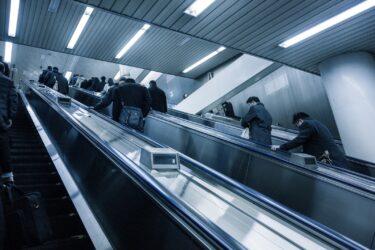 【恐怖】東京 白金高輪駅に硫酸ぶっかけ男現る…男は逃走中 顔見知りとの情報もあり私怨か…?警視庁は逃げた男の画像公開